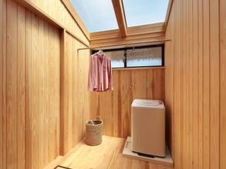 天窓付サンルームなら花粉症でも安心: 四季の住まい株式会社が手掛けた浴室です。