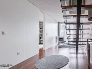 Pasillos, vestíbulos y escaleras de estilo moderno de EPphotography Moderno