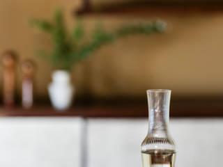 こけしが酒器: KENICHIRO OOMORI MOVING DESIGNが手掛けた現代のです。,モダン