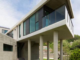 강이 보이는 언덕 위의 모던하우스, 양평 'Y' 주택 미니멀리스트 주택 by 스튜디오메조 건축사사무소 미니멀