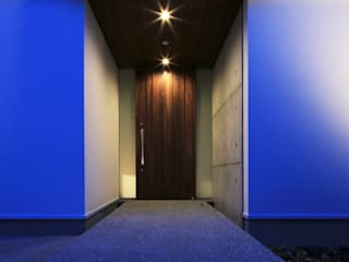 KUMANODAI HOUSE: 髙岡建築研究室が手掛けた廊下 & 玄関です。,モダン
