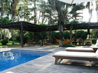Piscina in stile tropicale di Eduardo Novaes Arquitetura e Urbanismo Ltda. Tropicale