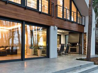 Dom jednorodzinny nad jeziorem: styl , w kategorii Domy zaprojektowany przez ELM Projekt Studio