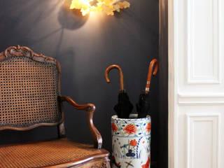 Коридор, прихожая и лестница в классическом стиле от Gwladys PARRA Классический