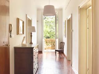 VILLA LIBERTY BOLOGNESE A DUE PASSI DAL CENTRO STORICO Ingresso, Corridoio & Scale in stile classico di Bologna Home Staging Classico