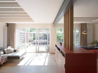 Hamberg House, Richmond, London:  Living room by London Atelier Ltd