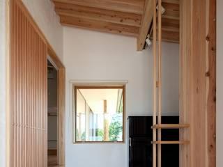 Pasillos, vestíbulos y escaleras eclécticos de 荒井好一郎建築設計室 Ecléctico