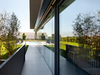 068_Renovation of a semi-detached house with new swimming pool and hypogeal spa: Soggiorno in stile in stile Moderno di MIDE architetti