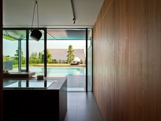 068_Renovation of a semi-detached house with new swimming pool and hypogeal spa Cucina moderna di MIDE architetti Moderno