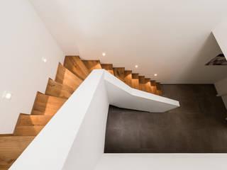 Modern Corridor, Hallway and Staircase by Hellmers P2 | Architektur & Projekte Modern Wood Wood effect