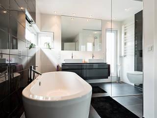 Nowoczesna łazienka od Hellmers P2 | Architektur & Projekte Nowoczesny