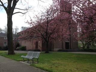 Wonen in een kerk: modern  door OVT ONTWIKKELING BV, Modern