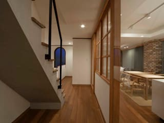 Eclectic style corridor, hallway & stairs by エコリコデザイン一級建築士事務所 Eclectic