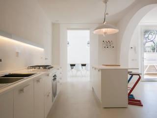Ristrutturazione di un appartamento sul lungomare di San Vincenzo (LI): Cucina in stile in stile Mediterraneo di mc2 architettura