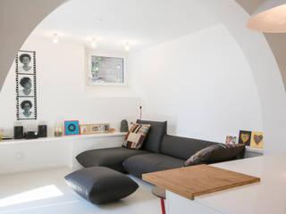 Ristrutturazione di un appartamento sul lungomare di San Vincenzo (LI): Soggiorno in stile in stile Mediterraneo di mc2 architettura