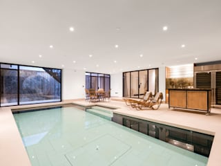 ​From Pool to Private Cinema in Minutes Moderne Pools von London Swimming Pool Company Modern