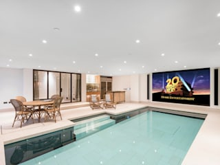 ​From Pool to Private Cinema in Minutes Piscine moderne par London Swimming Pool Company Moderne