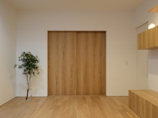 Naturally Simple 関口太樹+知子建築設計事務所 モダンデザインの リビング 木 白色