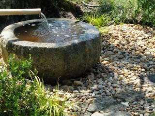 Elemento aquático em construção: Jardins  por Atelier Jardins do Sul