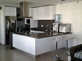 Vista general de la cocina integral: Cocinas de estilo  por Remodelar Proyectos Integrales