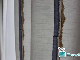 Chambre parentale en nuances de bleu et beige Chambre moderne par Bleu Cerise Moderne