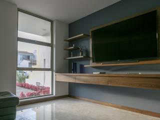 Salas multimedia de estilo minimalista de 2M Arquitectura Minimalista