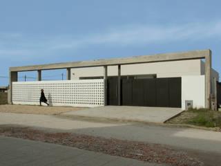 Frente Casa 460: Casas de estilo minimalista por reimersrisso
