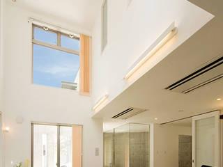 大空間の吹抜けがある邸宅 モダンデザインの リビング の JPホーム株式会社 モダン