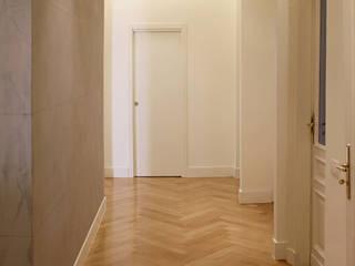 Via Colli Onice Architetti Ingresso, Corridoio & Scale in stile eclettico Legno massello Bianco