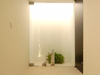 Minimalist corridor, hallway & stairs by 門一級建築士事務所 Minimalist