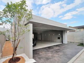 6台駐車可能なビルトインガレージのある邸宅 モダンデザインの ガレージ・物置 の JPホーム株式会社 モダン