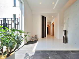 6台駐車可能なビルトインガレージのある邸宅 モダンスタイルの 玄関&廊下&階段 の JPホーム株式会社 モダン