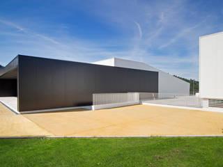 Escola Básica de Vizela: Escolas  por ARTEQUITECTOS,Moderno