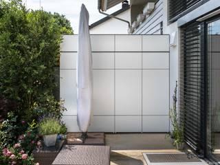 Balcones y terrazas modernos de design@garten - Alfred Hart - Design Gartenhaus und Balkonschraenke aus Augsburg Moderno