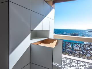 Balcones y terrazas minimalistas de design@garten - Alfred Hart - Design Gartenhaus und Balkonschraenke aus Augsburg Minimalista