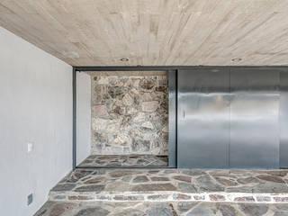 Casas Cuatas en el Fraccionamiento Los Robles Bosque de la Primavera Jalisco Garajes minimalistas de La Desarrolladora Minimalista Piedra