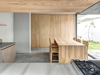 Kitchen by La Desarrolladora, Minimalist Solid Wood Multicolored