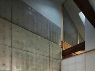 一級建築士事務所 こより Modern corridor, hallway & stairs Concrete