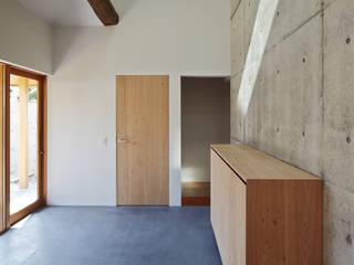 一級建築士事務所 こより Modern corridor, hallway & stairs