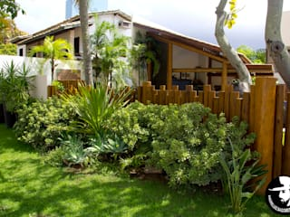JARDIM ACESSO: Jardins  por Tânia Póvoa Arquitetura e Decoração