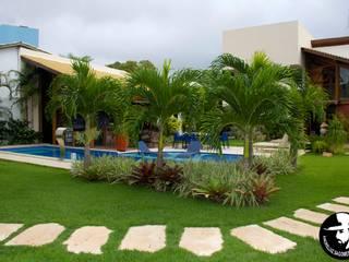 JARDIM PISCINA: Jardins  por Tânia Póvoa Arquitetura e Decoração