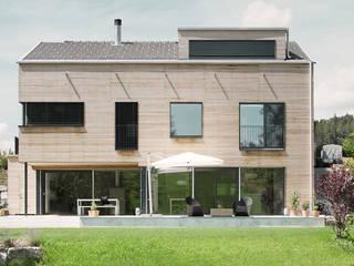 Villa aus Holz am Murtensee Moderne Häuser von Unica Architektur AG Modern
