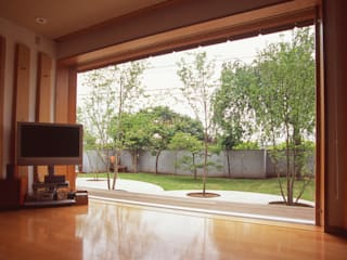 【3600mmの大開口 庭と一体の暮らし】: (株)独楽蔵 KOMAGURAが手掛けたリビングです。