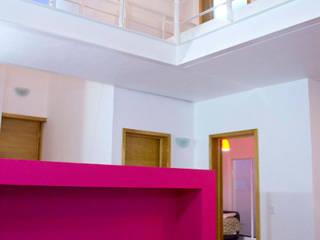 Interior Cromatico: Salas de estilo minimalista por Bojorquez Arquitectos SA de CV