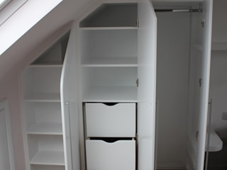 A wall of fitted wardrobes TreeSaurus Camera da lettoArmadi & Cassettiere MDF Bianco