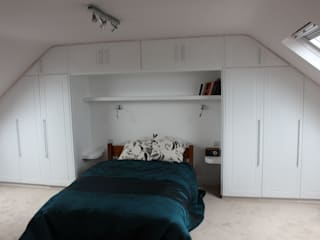 A wall of fitted wardrobes van TreeSaurus Klassiek