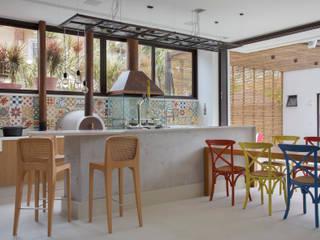 area gourmet: Salas de estar  por Amanda Miranda Arquitetura