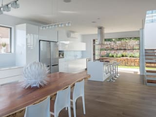 HOUSE I ATLANTIC SEABOARD, CAPE TOWN I MARVIN FARR ARCHITECTS Modern Kitchen by MARVIN FARR ARCHITECTS Modern