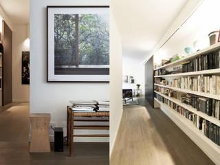 Moderne gangen, hallen & trappenhuizen van Fabio Azzolina Architetto Modern