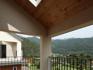 용천리 주택 Balcones y terrazas de estilo moderno de 위드하임 Moderno